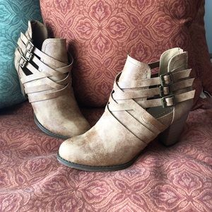 Shoe Dazzle tan Ismelda ankle booties